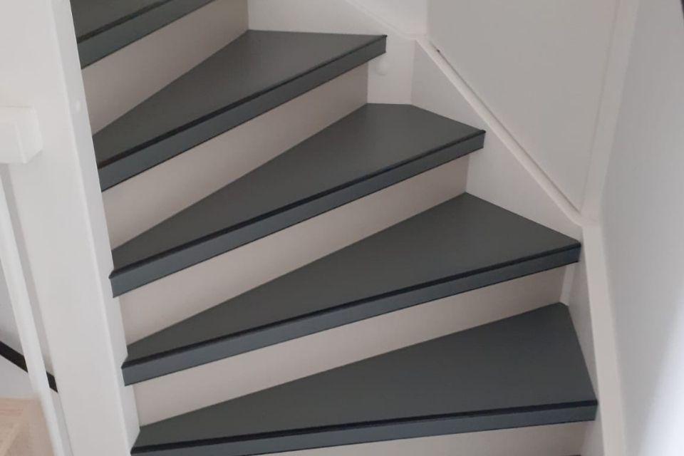 Strakke en industriële trap van marmoleum